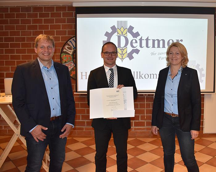 Kultusminister Grant Hendrik Tonne (Mitte) übergibt die Auszeichnung an Gerd und Lisa Dettmer.