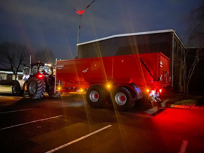 Im Rahmen der EU-Typgenehmigung liefert die Krampe Fahrzeug GmbH die Anhänger mit einer optimierten Beleuchtungsanlage aus. Damit sind die Krampe Kipper nun noch besser in der Dunkelheit zu sehen.