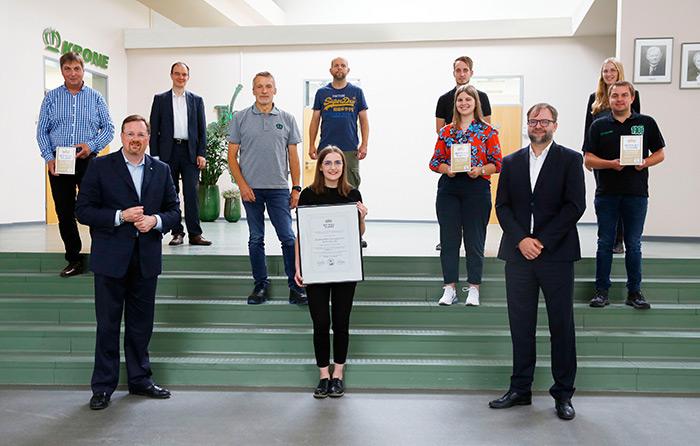 Das Krone Ausbildungsteam und Bernard Krone freuen sich über die Rezertifizierung 'Best place to learn'.   Foto Krone